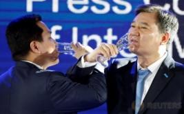Presiden Inter Milan Erick Thohir (kiri) bersulang dengan Pendiri Suning Grup Zhang Jindong di Nanjing, Provinsi Jiangsu, China, Senin (6/6/2016). Erick Thohir melepas saham mayoritas Inter Milan ke Suning Holding Group.