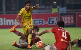 Pesepakbola Sriwijaya FC Ichsan Kurniawan (tengah) mencoba melewati hadangan pesepakbola Persija Jakarta Gunawan Dwi Cahyo (kiri) dan Andik Redika Rama (kanan) pada laga Torabika Soccer Championship di Stadion Utama Gelora Bung Karno, Jakarta, Jumat (24/6/2016).