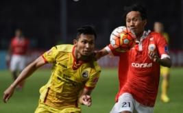 Pesepakbola Persija Jakarta Amarzukih (kanan) berebut bola dengan pesepakbola Sriwijaya FC Ichsan Kurniawan pada laga Torabika Soccer Championship di Stadion Utama Gelora Bung Karno, Jakarta, Jumat (24/6/2016).