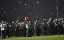Petugas kepolisian berada di tengah lapangan ketika terlibat kericuhan dengan suporter Persija Jakarta pada laga Torabika Soccer Championship di Stadion Utama Gelora Bung Karno, Jakarta, Jumat (24/6/2016). Pertandingan tersebut dihentikan setelah suporter Persija Jakarta masuk ke lapangan dan menyerang petugas kepolisian setelah Persija tertinggal 1-0 atas Sriwijaya FC.