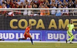Pemain timnas Chile Francisco Silva selebrasi setelah mencetak gol penalti saat pertandingan kejuaraan Copa America Centenario 2016 di Stadion MetLife, New Jersey, Amerika Seikat, Senin (27/6/2016). Usaha keras Cile sejak babak pertama berbuah kemenangan melalui adu penalti 4-2. Kemenangan tersebut membawa Cile menjuarai Copa America Centenario 2016.