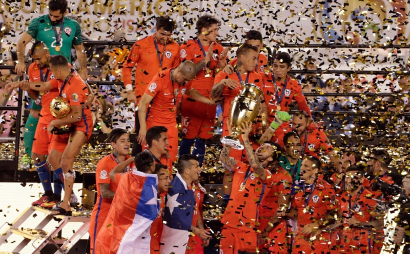 Pemain timnas Chile mengangkat trofi saat pertandingan kejuaraan Copa America Centenario 2016 di Stadion MetLife, New Jersey, Amerika Seikat, Senin (27/6/2016). Usaha keras Cile sejak babak pertama berbuah kemenangan melalui adu penalti 4-2. Kemenangan tersebut membawa Cile menjuarai Copa America Centenario 2016.
