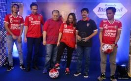 """Pelatih Bali United FC, Indra Sjafri (kedua dari kanan) bersama Marketing Manager, Corporate Marketing PT Indofood CBP Sukses Makmur Tbk, Fierman Authar (kedua dari kiri), Marketing Manager PT Indofood CBP Sukses Makmur Tbk, Irma Prianti dan dua pemain Bali United yakni, Ricky Fajrin (kiri) dan I Gede Sukadana (kedua dari kanan)serta CEO Bali United FC, Yabes Tanuri (ketiga dari kiri) berfoto bersama usai pengalamannya selama berkarier di sepakbola dalam kegiatan """"Ngobrol Bola Bareng Indra Sjafri"""" di Rumah Indofood, Arena PRJ Kemayoran, Jakarta, Rabu (29/6/2016). Coach terbaik di Indonesia yang berhasil membawa Tim Nasional U-19 menjadi juara AFF pada tahun 2013 menegaskan pula peran penting sponsor klub seperti Indofood dalam pengembangan sepakbola di Indonesia baik secara individu pemain dan kemajuan klub maupun kompetisi. Acara diikuti Sekolah Sepak Bola (SSB) di Jakarta, blogger, dan lain-lain."""