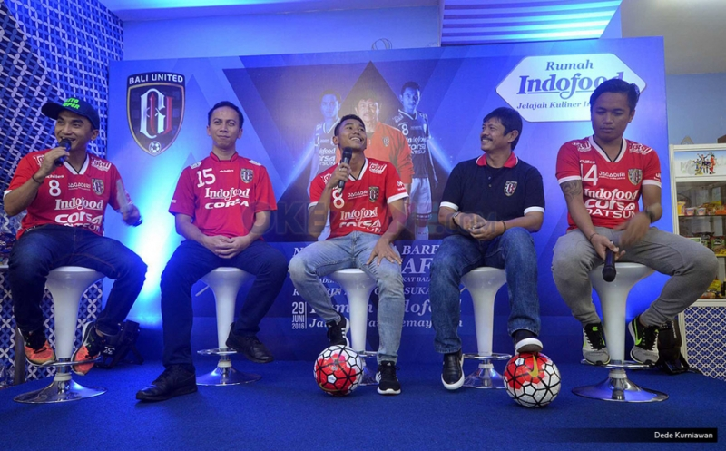 "Pelatih Bali United FC, Indra Sjafri (kedua dari kanan) didampingi Marketing Manager, Corporate Marketing PT Indofood CBP Sukses Makmur Tbk, Fierman Authar (kedua dari kiri) dan dua pemain Bali United yakni, Ricky Fajrin dan I Gede Sukadana (kanan) dipandu Rico Ceper (kiri) membagi pengalamannya selama berkarier di sepakbola dalam kegiatan ""Ngobrol Bola Bareng Indra Sjafri"" di Rumah Indofood, Arena PRJ Kemayoran, Jakarta, Rabu (29/6/2016). Coach terbaik di Indonesia yang berhasil membawa Tim Nasional U-19 menjadi juara AFF pada tahun 2013 menegaskan pula peran penting sponsor klub seperti Indofood dalam pengembangan sepakbola di Indonesia baik secara individu pemain dan kemajuan klub maupun kompetisi. Acara diikuti Sekolah Sepak Bola (SSB) di Jakarta, blogger, dan lain-lain."