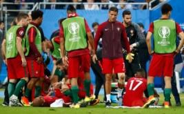 Cristiano Ronaldo saat memberikan semangat dan arahan kepada rekan-rekannya.