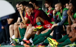 Pemain timnas Portugal Cristiano Ronaldo hanya mampu melihat rekan-rekannya bertanding melawan Prancis, dari pinggir lapangan. Meski demikian, Ronaldo tetap memberikan semangat kepada rekan-rekannya.