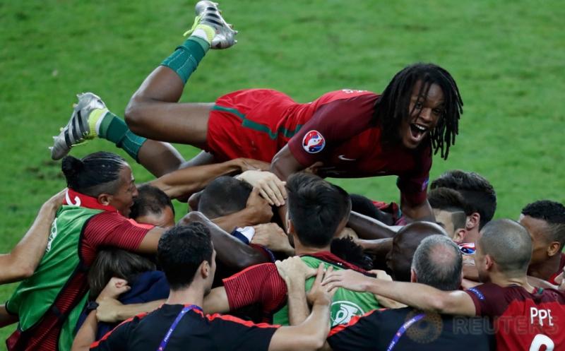 Para pemain timnas Portugal merayakan gol yang dicetak Eder di masa perpanjangan waktu tepatnya menit 109.