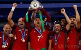 Cristiano Ronaldo bersama pemain timnas Portugal lainnya merayakan kemenangan mereka menjuarai Piala Eropa 2016. Portugal keluar sebagai jawara setelah mengalahkan tuan rumah Prancis lewat gol semata wayang yang dicetak Eder di masa perpanjangan waktu.