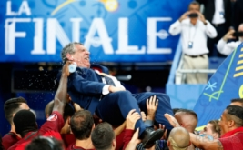 Para pemain timnas Portugal merayakan kemenangan mereka menjuarai Piala Eropa 2016 dengan mengangkat pelatih Fernando Santos.