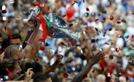 Pepe mengangkat trofi Piala Eropa 2016. Portugal keluar sebagai jawara setelah mengalahkan tuan rumah Prancis lewat gol semata wayang yang dicetak Eder di masa perpanjangan waktu.
