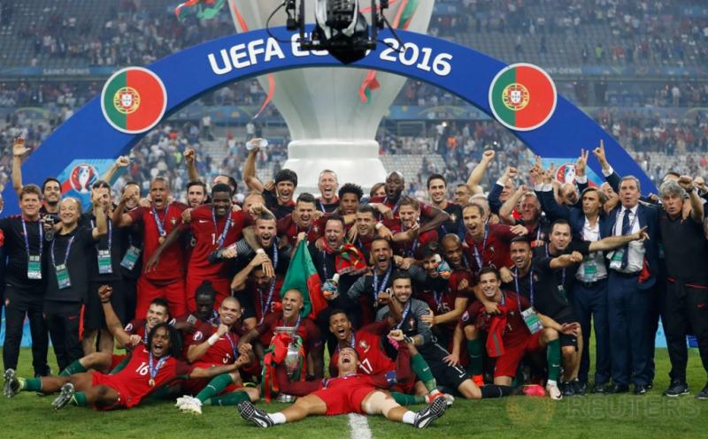 Pemain timnas Portugal bersama pelatih dan staf, berpose dengan trofi Piala Eropa 2016. Portugal keluar sebagai jawara setelah mengalahkan tuan rumah Prancis lewat gol semata wayang yang dicetak Eder di masa perpanjangan waktu.