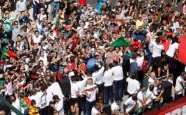 Pemain timnas Portugal berada di atas bus terbuka saat parade sambil menunjukan piala Liga Piala Eropa 2016 di Lisbon, Portugal, Senin (11/7/2016). Ronaldo cs berhasil membawa pulang trofi usai mengalahkan timnas Prancis di partai final Piala Eropa 2016 beberapa hari yang lalu.
