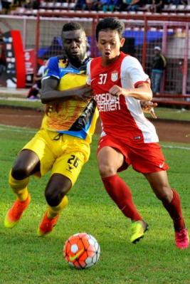 Pesepakbola PSM Makassar Muchlis Hadi (kanan) berebut bola dengan pesepakbola Persiba Balikpapan Dirkir Kohn Glay (kiri) dalam lanjutan Torabika Soccer Championship (TSC) 2016 di Stadion Mattoanging Gelora Andi Mattalatta Makassar, Sulawesi Selatan, Sabtu (16/7/2016). Tuan rumah PSM Makassar menang atas tamunya Persiba Balikpapan dengan skor 3-2 (1-0).