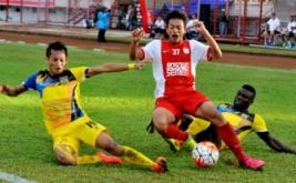 Pesepakbola PSM Makassar Muchlis Hadi (tengah) berebut bola dengan dua pesepakbola Persiba Balikpapan Dirkir Kohn Glay (kanan) dan Iqbal Samad (kiri) dalam lanjutan Torabika Soccer Championship (TSC) 2016 di Stadion Mattoanging Gelora Andi Mattalatta Makassar, Sulawesi Selatan, Sabtu (16/7/2016). Tuan rumah PSM Makassar menang atas tamunya Persiba Balikpapan dengan skor 3-2 (1-0).