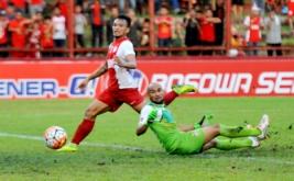 Pesepakbola PSM Makassar Saktiawan Sinaga (kiri) berusaha mengecoh penjaga gawang Persiba Balikpapan Alfonsius Kelvan (kanan) dalam lanjutan Torabika Soccer Championship (TSC) 2016 di Stadion Mattoanging Gelora Andi Mattalatta Makassar, Sulawesi Selatan, Sabtu (16/7/2016). Tuan rumah PSM Makassar menang atas tamunya Persiba Balikpapan dengan skor 3-2 (1-0).