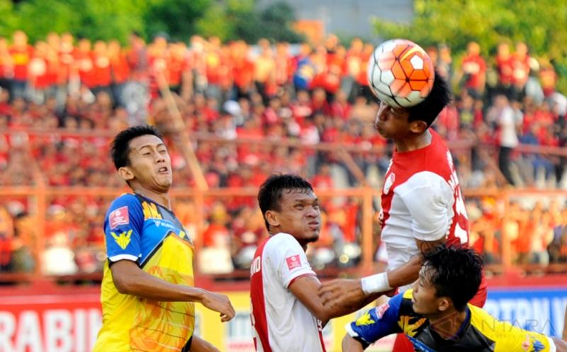 Pesepakbola PSM Makassar M Rahmat (atas) berebut bola dengan pesepakbola Persiba Balikpapan Kurniawan Karman (kanan) dalam lanjutan Torabika Soccer Championship (TSC) 2016 di Stadion Mattoanging Gelora Andi Mattalatta Makassar, Sulawesi Selatan, Sabtu (16/7/2016). Tuan rumah PSM Makassar menang atas tamunya Persiba Balikpapan dengan skor 3-2 (1-0).