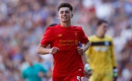 Pesepakbola Liverpool Ben Woodburn selebrasi usai mencetak gol ke gawang Wigan Athletic pada menit 74.
