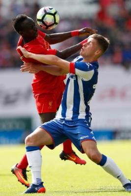 Pesepakbola Liverpool Sadio Mane (kiri) berebut bola dengan pesepakbola Wigan Athletic Ryan Colclough.