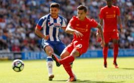 Pesepakbola Liverpool Philippe Coutinho menendang bola ke arah gawang Wigan Athletic.