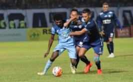 Pemain Persela Lamongan Victor Pae (kiri) berusaha melewati pemain Arema Cronus Raphael Maitimo (kanan) dalam pertandingan Torabika Soccer Championship 2016 di Stadion Surajaya, Lamongan, Jawa Timur, Senin (18/7/2016). Pada laga ini, tuan rumah kalah 0-2 lewat gol Sunarto dan Gonzales di babak kedua.