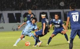 Pemain Persela Lamongan Tamsil Sijaya (kiri) berusaha melewati pemain Arema Cronus dalam pertandingan Torabika Soccer Championship 2016 di Stadion Surajaya, Lamongan, Jawa Timur, Senin (18/7/2016). Pada laga ini, tuan rumah kalah 0-2 lewat gol Sunarto dan Gonzales di babak kedua.