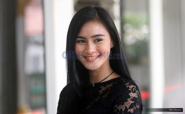 Senyum Manis Nadya Fricella