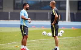 Pelatih Manchester City Pep Guardiola (kanan) berbincang dengan striker Manchester City Sergio Aguero pada sesi latihan Manchester City di Olympic Sports Centre, Beijing, China, Minggu (24/7/2016). Manchester City akan melakoni laga International Champions Cup (ICC) 2016 kontra rival sekota, Manchester United, Senin 25 Juli 2016.