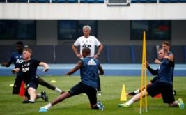 Pelatih Manchester United Jose Mourinho (jersey putih) pada sesi latihan Manchester United di Olympic Sports Centre, Beijing, China, Minggu (24/7/2016). Manchester United akab melakoni laga International Champions Cup (ICC) 2016 kontra rival sekota, Manchester City, Senin 25 Juli 2016.