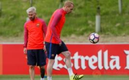 Pesepakbola Barcelona Lionel Messi (kiri) dan Jeremy Mathieu pada sesi latihan bersama Barcelona di St Georges Park National Football Centre, Inggris, Selasa (26/7/2016). Messi terlihat lebih tua dengan rambut pirang barunya.