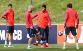 Pesepakbola Barcelona Lionel Messi (dua kiri) pada sesi latihan bersama Barcelona di St Georges Park National Football Centre, Inggris, Selasa (26/7/2016). Messi terlihat lebih tua dengan rambut pirang barunya.
