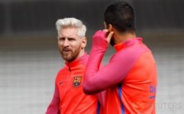 Pesepakbola Barcelona Lionel Messi (kiri) bersama Luis Suarez pada sesi latihan bersama Barcelona di St Georges Park National Football Centre, Inggris, Selasa (26/7/2016). Messi terlihat lebih tua dengan rambut pirang barunya.