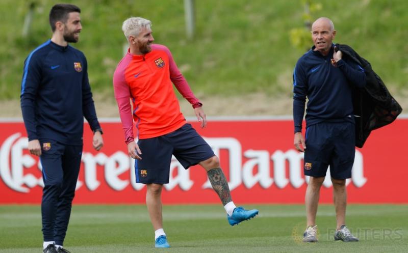Pesepakbola Barcelona Lionel Messi (tengah) pada sesi latihan bersama Barcelona di St Georges Park National Football Centre, Inggris, Selasa (26/7/2016). Messi terlihat lebih tua dengan rambut pirang barunya.