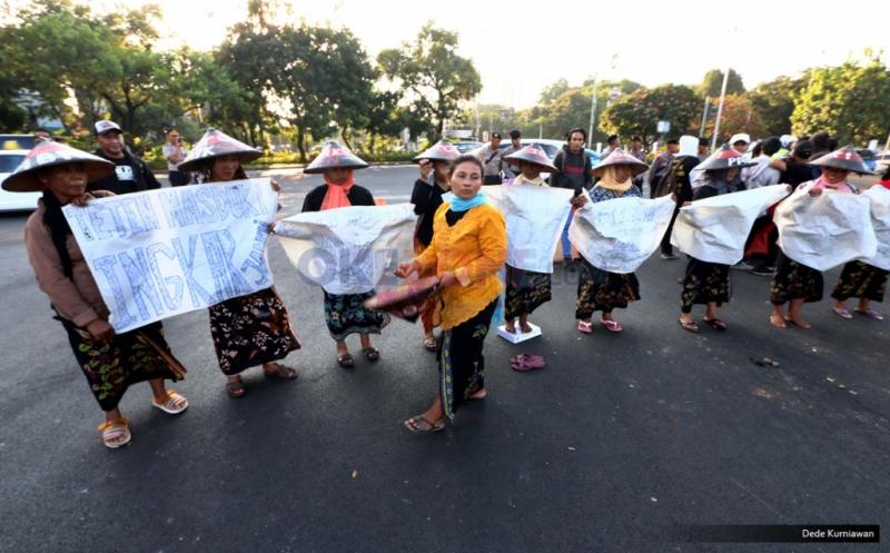 Puluhan petani melakukan aksi damai sebagai bentuk perlawanan terhadap pembangunan pabrik semen di wilayahnya, di depan Istana Merdeka, Jakarta, Rabu (27/7/2016). Para petani Rembang menamakan aksinya