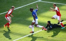 Drogba mencetak gol ke gawang Arsenal pada menit 45.