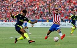 Chuba Akpom (kiri) mencetak gol ke gawang Chivas de Guadalajara.
