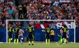 Angel Zaldivar mencetak gol ke gawang Arsenal dari eksekusi penalti.