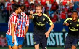 Rob Holding selebrasi usai mencetak gol ke gawang Chivas de Guadalajara.