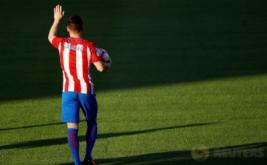 Pemain anyar Atletico Madrid, Kevin Gameiro, memegang bola saat diperkenalkan di Stadion Vicente Calderon, Madrid, Spanyol, Minggu (31/7/2016). Atletico Madrid resmi mendapatkan Gameiro dari Sevilla dengan mahar sekira 32 juta Euro untuk empat musim ke depan.