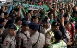 Ratusan suporter Persebaya Surabaya atau Bonek tiba di Stasiun Senen, Jakarta, Selasa (2/8/2016). Kedatangan ratusan Bonek ke Ibu Kota untuk menggelar aksi unjuk rasa di Kantor Kemenpora, Kantor PSSI serta Kongres Luar Biasa PSSI menuntut diakuinya Persebaya 1927 dan dikutsertakannya dalam kancah kompetisi persepakbolaan Nasional.
