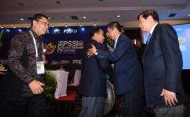 Plt Ketua Umum Persatuan Sepak bola Seluruh Indonesia (PSSI) Hinca Panjaitan (kedua kanan) berjabat tangan dengan dengan Ketua Umum Komite Olahraga Nasional Indonesia (KONI) Tono Suratman (kedua kiri) disaksikan Plt Sesmenpora Sakhyan Asmara (kiri) dan Ketua Dewan Kehormatan PSSI Agum Gumelar ketika pembukaan Kongres Luar Biasa PSSI di Jakarta, Rabu (3/8/2016). KLB PSSI yang dihadiri para pemilik suara itu membahas enam agenda diantaranya pemilihan Plt Ketua Umum PSSI hingga kongres pemilihan terdekat, penetapan pemilihan Komite Exco, Penetapan tanggal pelaksanaan Kongres Tahunan Pemilihan PSSI dan Pengesahan revisi Kode Pemilihan PSSI.