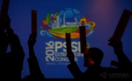 Peserta mengangkat tangan ketika pemungutan suara pada Kongres Luar Biasa PSSI di Jakarta, Rabu (3/8/2016). KLB PSSI yang dihadiri para pemilik suara itu membahas enam agenda diantaranya pemilihan Plt Ketua Umum PSSI hingga kongres pemilihan terdekat, penetapan pemilihan Komite Exco, penetapan tanggal pelaksanaan Kongres Tahunan Pemilihan PSSI dan pengesahan revisi Kode Pemilihan PSSI.