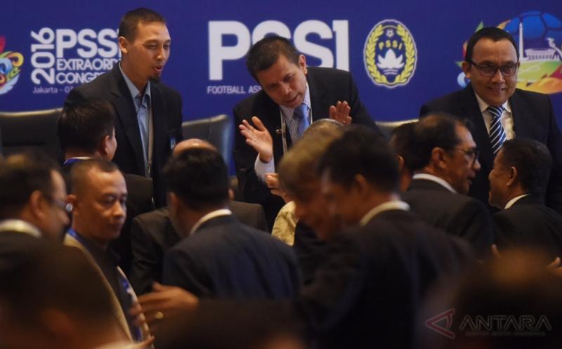 Plt Ketua Umum Persatuan Sepakbola Seluruh Indonesia (PSSI) Hinca Panjaitan (tengah) didampingi Sekjen Azwan Karim menyalami peserta usai Kongres Luar Biasa PSSI di Jakarta, Rabu (3/8/2016). KLB PSSI yang dihadiri para pemilik suara itu membahas enam agenda diantaranya pemilihan Plt Ketua Umum PSSI hingga kongres pemilihan terdekat, penetapan pemilihan Komite Exco, penetapan tanggal pelaksanaan Kongres Tahunan Pemilihan PSSI dan pengesahan revisi Kode Pemilihan PSSI.