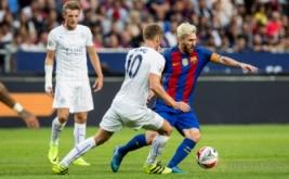 Andy King berusaha merebut bola dari kaki Lionel Messi pada ajang International Champions Cup (ICC) 2016di Friends Arena, Solna, Swedia, Kamis (4/8/2016) dini hari WIB.