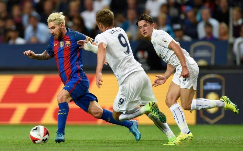 Lionel Messi (kiri) dikawal dua pemain Leicester City, Jamie Vardy (tengah) dan Ben Chilwell pada ajang International Champions Cup (ICC) 2016di Friends Arena, Solna, Swedia, Kamis (4/8/2016) dini hari WIB.