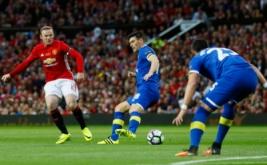 Wayne Rooney (kiri) menendang bola ke arah gawang Everton pada laga testimonial Rooney, Rabu (3/8/2016) waktu setempat. Laga ini digelar untuk menghormati karier Rooney bersama Manchester United.