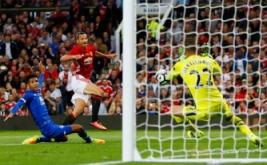Zlatan Ibrahimovic (dua kiri) menendang bola ke arah gawang Everton pada laga testimonial Rooney, Rabu (3/8/2016) waktu setempat. Laga ini digelar untuk menghormati karier Rooney bersama Manchester United.