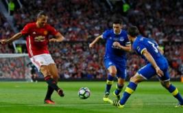 Zlatan Ibrahimovic (kiri) menendang bola ke arah gawang Everton pada laga testimonial Rooney, Rabu (3/8/2016) waktu setempat. Laga ini digelar untuk menghormati karier Rooney bersama Manchester United.
