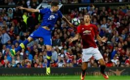 Zlatan Ibrahimovic (kanan) mengontrol bola saat dikawal John Stones pada laga testimonial Rooney, Rabu (3/8/2016) waktu setempat. Laga ini digelar untuk menghormati karier Rooney bersama Manchester United.