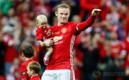 Wayne Rooney membawa anaknya usai laga testimonial untuknya, Rabu (3/8/2016) waktu setempat. Laga ini digelar untuk menghormati karier Rooney bersama Manchester United.