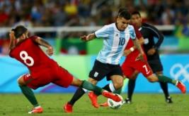 Sergio Oliveira (kiri) berusaha menghentikan pergerakan dari Angel Correa.